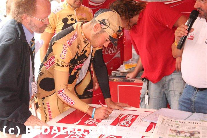 2-pre-race-signing-footon-servetto-feeder-team-2010